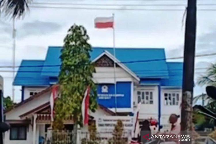 Peristiwa terbaliknya pemasangan bendera merah putih di halaman Kantor Perpustakaan dan Arsip Daerah Kabupaten Aceh Barat di Meulaboh, yang beredar melalui media sosial, Selasa (17/8/2021).