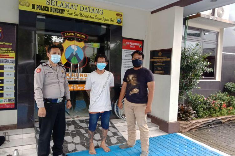 MR (37), tersangka yang nekat membakar rumah kakaknya sendiri di Jalan Rungkut Menanggal I, Surabaya, Jawa Timur, diamankan petugas Polsek Rungkut, Surabaya.