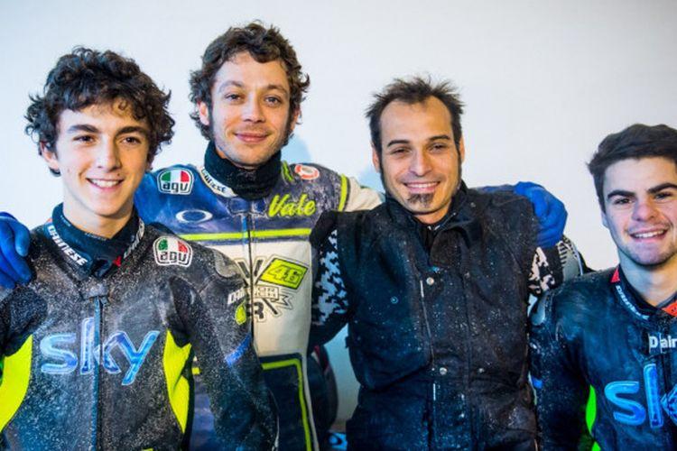 Valentino Rossi berpose bersama dua pebalap akademi VR46, Francesco Bagnaia (kiri) dan Romano Fenati (kanan).