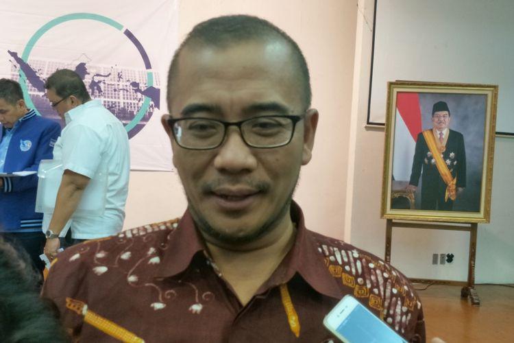 Komisioner KPU Hasyim Azhari saat memberikan keterangan di kantor KPU, Jakarta Pusat, Kamis (14/12/2017).