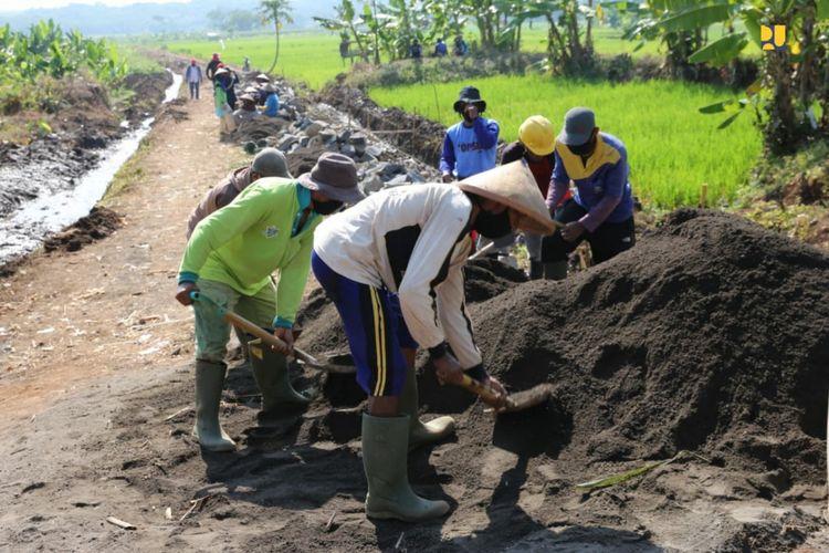 Penyerapan tenaga kerja Program Padat Karya Tunai (PKT) di bidang Sumber Daya Air (SDA).