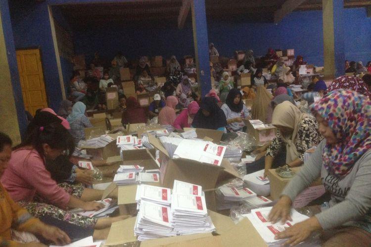 Proses pelipatan surat suara di GOR Pemuda Banjarnegara, Jumat (8/3/2019)