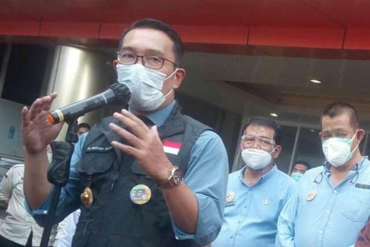 Gubernur Jawa Barat Ridwan Kamil saat berbicara di hadapan wartawan di halaman RSUD Sayang Cianjur, Selasa (22/6/2021)