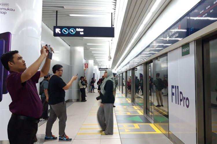 Sejumlah penumpang mengabadikan gambar di stasiun MRT Bundaran HI, Senin (25/3/2019)