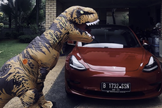 Video Viral T-Rex Belanja ke Mall Pakai Tesla Model 3