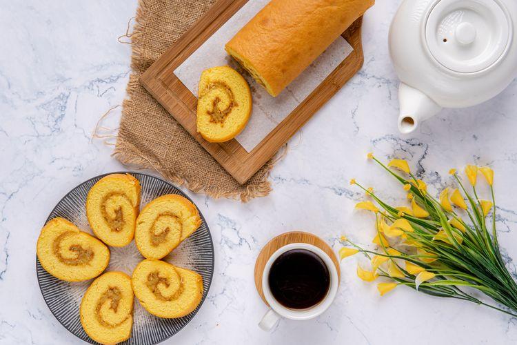 Ilustrasi bolu gulung kukus dan kopi hitam untuk suguhan sore.