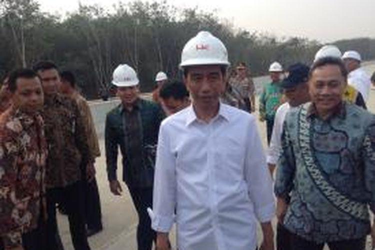 Presiden Joko Widodo didampingi Ketua MPR Zulkifli Hasan berkunjung ke ruas tol Terbanggi Besar-Bakauheni, Lampung, Jumat (6/11/2015).