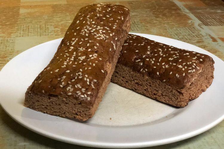 Dua potong roti gambang yang dijual oleh pedagang roti gerobak di sekitaran Kebon Kacang, Tanah Abang dihargai Rp 4.000 per potong, Jumat (18/10/2019).