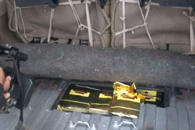 Mobil yang telah dimodifikasi untuk menyelundupkan narkoba. Foto diambil di Polda Merto Jaya, Rabu (28/11/2018).