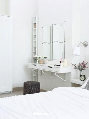 Cermin lebar memberikan ilusi ruangan yang lebih luas.
