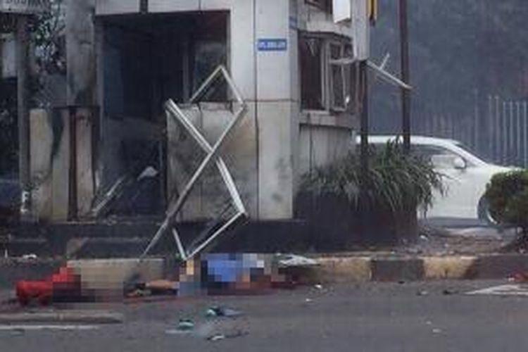 Dua jenazah terlihat di samping pos Polisi Sarinah setelah terjadi ledakan, kamis (14/1/2016).