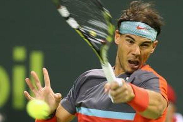 Petenis Spanyol, Rafael Nadal mengembalikan bola dari petenis Jerman, Peter Gojowczyk pada laga semifinal Qatar Open di Doha, Jumat (03/01/2014).