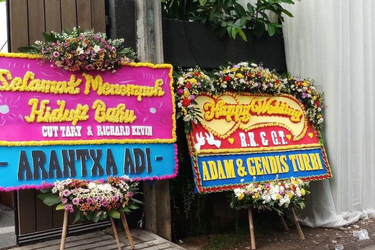 Karangan bunga ucapan selamat untuk pernikahan Cut Tari dan Kevin Richard di kawasan Cilandak Timur, Jakarta Selatan, Kamis (12/12/2019).