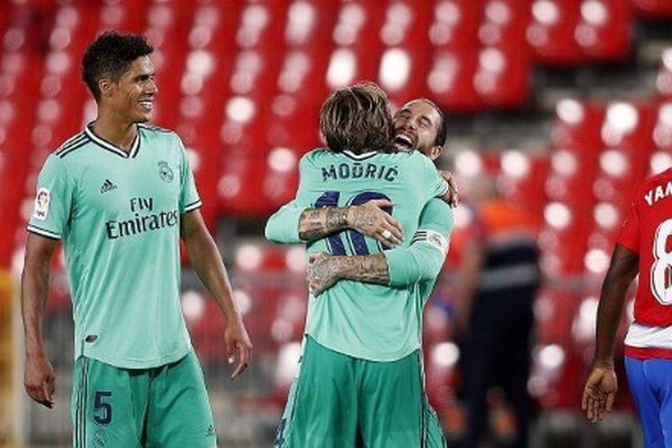 Sergio Ramos memeluk Luka Modric seusai laga Granada vs Real Madrid pada pekan ke-36 Liga Spanyol 2019-2020.