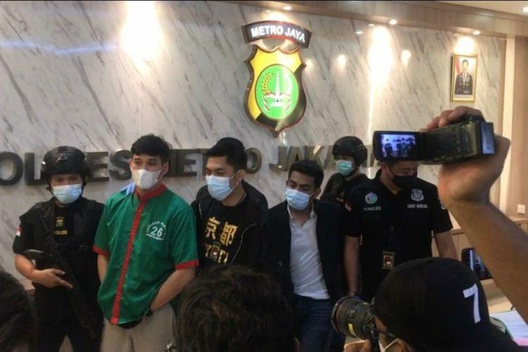 Suami Nindy Ayunda, Askara Parasady Harsono (baju hijau) dalam jumpa pers kasus narkoba di Polres Metro Jakarta Barat, Selasa (12/1/2021)