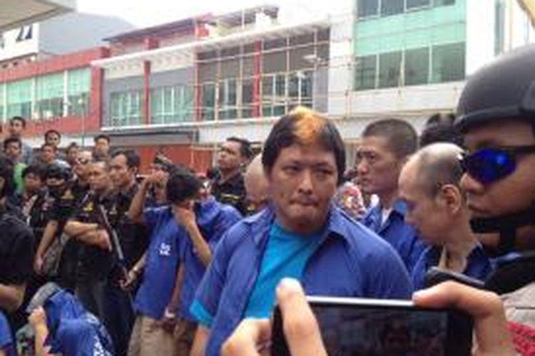 Terpidana mati kasus narkoba Freddy Budiman (38) tengah difoto oleh warga saat menghadiri rilis pengungkapan kasusnya. Dia masih mengendalikan peredaran narkoba dari dalam lapas. Rilis kasus Freddy diadakan di salah satu gudang miliknya di Mutiara Taman Palem, Jakarta Barat, Selasa (14/4/2015).