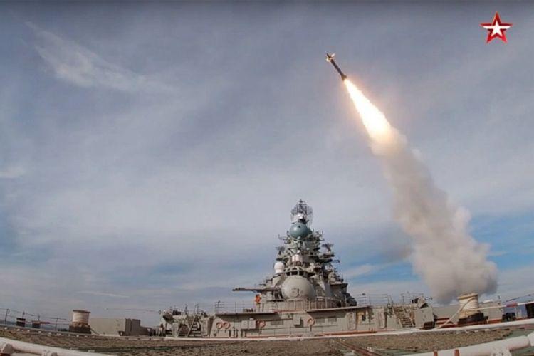 Potongan video yang dipublikasikan televisi Rusia Zvezda menunjukkan rudal hipersonik Kinzhal ditembakkan dari kapal penjelajah dalam sebuah latihan perang.