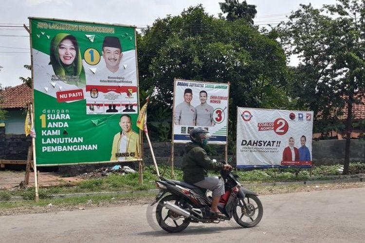 Baliho peserta Pilkada Kabupaten Bandung. Nama Kurnia Agustina ditulis sebagai Hj. Nia Dadang Naser.