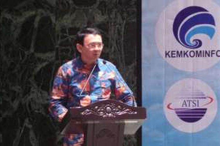 Gubernur DKI Jakarta Basuki Tjahaja Purnama saat memberi sambutan dalam penandatanganan nota kesepahaman antara Pemprov DKI dengan Kemenkominfo atas penyediaan layanan nomor panggilan tunggal darurat dan Penyebarluasan SMS peringatan dini bencana Provinsi DKI Jakarta, di Balai Kota, Kamis (11/2/2016).