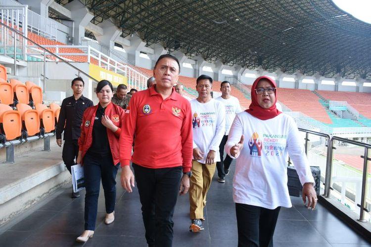 Ketua PSSI Mochamad Iriawan dan Sekjen Ratu Tisha Destria mengunjungi Stadion Pakansari yang terletak di Kabupaten Bogor pada Selasa (3/3/2020).