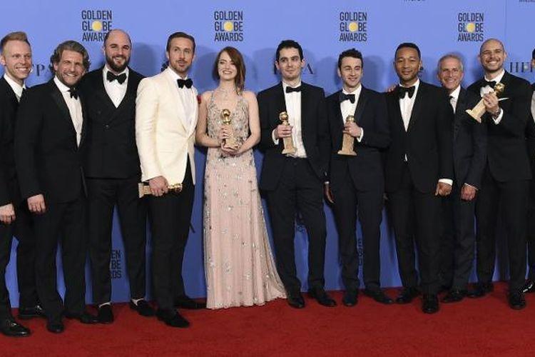 Para bintang dan kru film La La Land berpose setelah merebut tujuh penghargaan pada Golden Globe Awards 2017 di Beverly Hills, California, Minggu (8/1/2017).