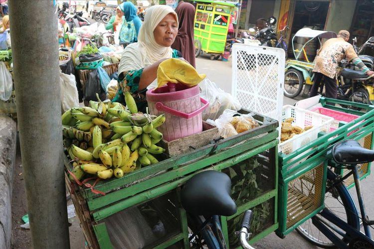 Marliah (63), pedagang sayur keliling atau 'bakul lijo' asal Desa Balongbesuk, Kecamatan Diwek, Kabupaten Jombang, Jawa Timur, saat ditemui di tengah aktifitasnya, Senin (8/7/2019) pagi. Pada 23 Juli 2019, dia dijadwalkan berangkat haji melalui embarkasi Surabaya.
