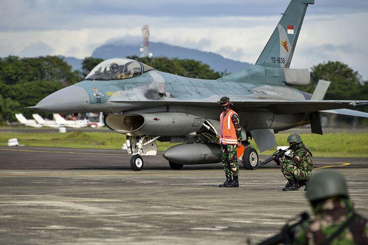 Prajurit TNI Angkatan Udara mengikuti latihan tempur Jalak Sakti 2020 di Pangkalan Angkatan Udara Sultan Iskandar Muda, Blang Bintang, Aceh, Selasa (8/9/2020). Latihan tersebut bertujuan untuk memberikan kemampuan penerbang TNI AU pada misi-misi pertempuran dalam operasi udara, sekaligus meningkatkan kemampuan koordinasi dan kerjasama antara penerbang yang mengoperasikan alutsista TNI AU.