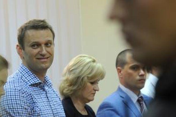 Pemimpin oposisi Rusia Alexei Navalny, saat mendengarkan putusan hakim atas dirinya, Kamis (18/7/2013). Pengadilan menjatuhkan hukuman penjara lima tahun untuk Navalny.