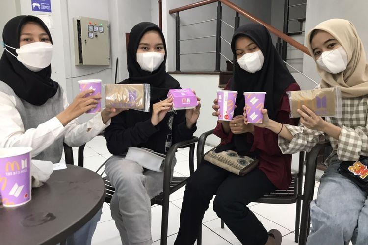 Empat remaja asal Ciganjur, Jagakarsa, Jaksel berburu menu khusus BTS Meal di McDonalds Kemang, Bangka, Mampang Prapatan, Jakarta Selatan pada Rabu (9/6/2021) sore. Mereka akan mengoleksi gelas, paper bag, dan saus edisi khusus BTS.