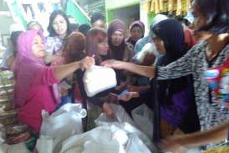 warga serbu operasi pasar gula pasir di Pasar Rejowinangun Kota Magelang, Jawa Tengah, Kamis (30/6/2016).