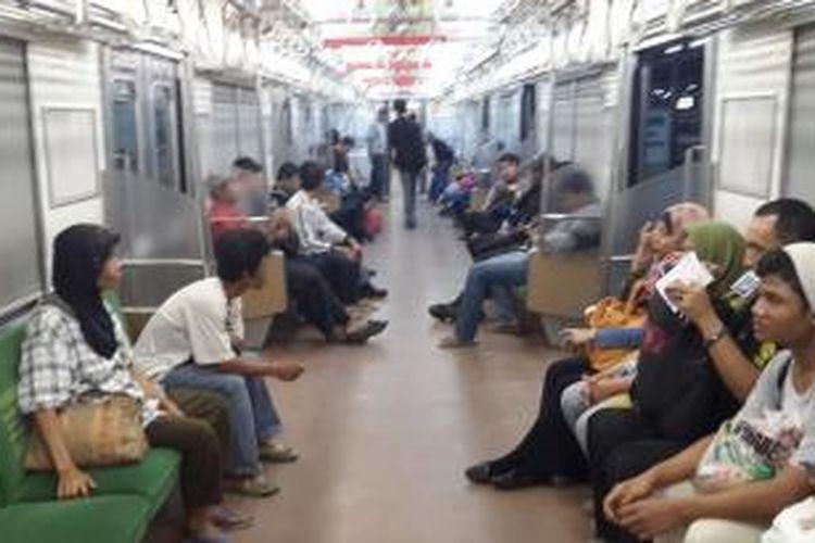 Setelah menunggu lebih dari dua jam di Stasiun Manggarai, penumpang Commuter Line akhirnya diberangkatkan dengan kereta luar biasa, Senin (15/6/2015) dini hari.