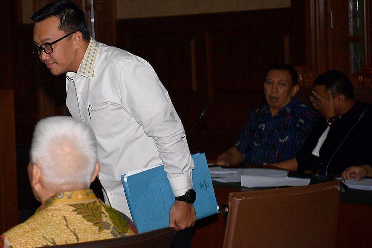 Menpora Imam Nahrawi (kedua kiri) dan Bendahara Umum KONI Johnny E Awuy (duduk kiri) menjadi saksi dalam sidang kasus dugaan suap dana hibah KONI dengan terdakwa Sekjen KONI Ending Fuad Hamidy (kedua kanan) di Pengadilan Tipikor, Jakarta, Senin (29/4/2019). Ending Fuad Hamidy didakwa menyuap Deputi IV Bidang Peningkatan Prestasi Olahraga Kemenpora Mulyana, pejabat pembuat komitmen (PPK) pada Kemenpora Adhi Purnomo dan staf Kemenpora Eko Triyanto.