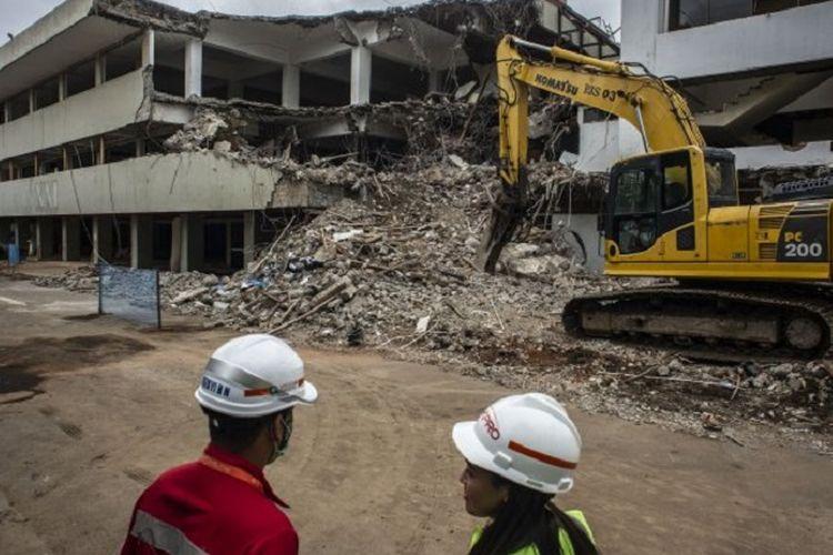 Pekerja beraktivitas di lokasi proyek revitalisasi kawasan Taman Ismail Marzuki (TIM) di Jakarta, Kamis (6/2/2020). Proses revitalisasi TIM yang ditargetkan selesai pada tahun 2021 itu sudah memasuki tahap II yakni membongkar gedung Graha Bhakti Budaya dan Galeri Cipta I.