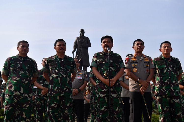 Panglima TNI Marsekal TNI Hadi Tjahjanto (tengah) bersama Kapolri Jenderal Pol Idham Aziz (kedua kanan), didampingi KSAU Marsekal TNI Yuyu Sutisna (kanan), KSAL Laksamana TNI Siwi Sukma Adji (kedua kiri) dan Wakasad Letjen TNI Tatang Sulaiman (kiri) memberikan konferensi pers seusai Rapat Pimpinan TNI-Polri 2020 di Mabes TNI, Cilangkap, Jakarta Timur, Selasa (28/1/2020). Rapat tersebut mengangkat tema Dilandasi Profesionalitas, Soliditas, dan Sinergitas, TNI-Polri Siap Mengamankan Pilkada Serentak Tahun 2020 serta Mengawal Pembangunan Nasional dalam Rangka Menuju Indonesia Maju. ANTARA FOTO/Sigid Kurniawan/aww.
