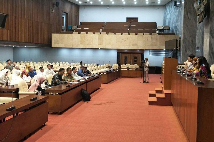 Puluhan calon jemaah beraudiensi dengan Fraksi PDI-P di Kompleks Parlemen, Senayan, Jakarta, Senin (2/4/2018).