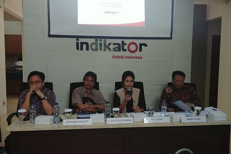 Direktur Eksekutif Indikator Politik Burhanuddin Muhtadi, Politisi Partai Demokrat Roy Suryo, Politisi PDI-P Puti Guntur Soekarno, dan Politisi Gerindra Nizar Zahro dalam rilis survei indikator politik, di Jakarta, Rabu (11/10/2017).