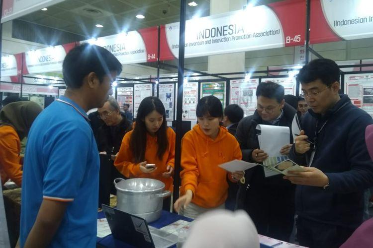 Siswa Fatih Bilingual School Aqil Naufal Syahrul dan Muhammad Syafiq Akbar unjuk kemampuan dalam olimpiade penelitian dan proyek sains SIIF (Seoul International Invention Fair) di Seoul, Korea pada tanggal 27-30 November 2019.