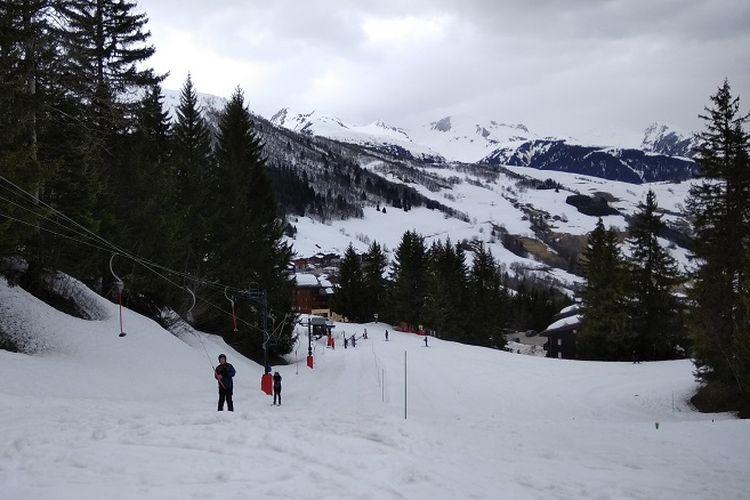 Pemandangan Pegunungan Alpen dilihat dari Les Avanchers, Valmorel, Perancis, Selasa (10/4/2018). Pegunungan Alpen merupakan salah satu tujuan wisatawan dari berbagai belahan dunia untuk bermain ski.