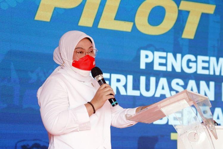 Menteri Ketenagakerjaan (Menaker) Ida Fauziyah saat menghadiri acara Peluncuran Pilot Project Pengembangan Kesempatan Kerja Berbasis Kawasan di Teluk Jambe, Karawang, Jawa Barat, Rabu (18/8/2021).