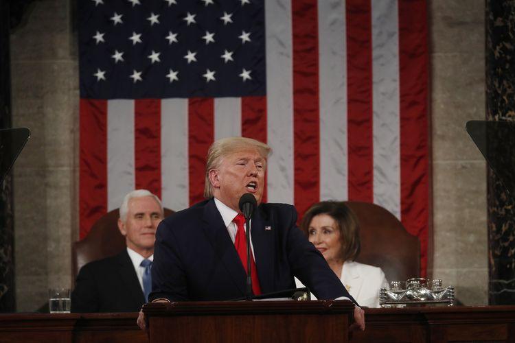 Presiden Amerika Serikat (AS) Donald Trump ketika memberikan pidato kenegaraan (State of the Union) dalam sesi gabungan Kongres AS di DPR, Capitol Hill, Washington, pada 4 Februari 2020. Duduk di belakangnya adalah Wakil Presiden Mike Pence, dan Ketua DPR AS Nancy Pelosi.