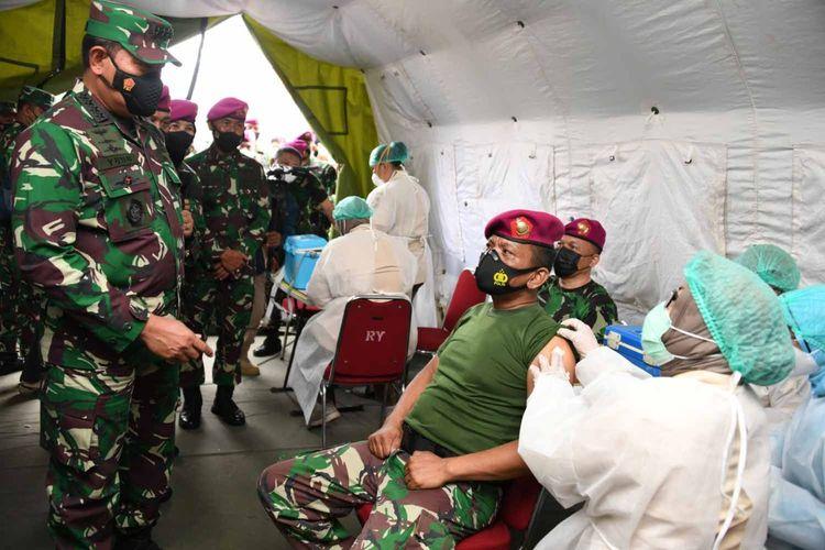 Kepala Staf Angkata Laut (KSAL) Laksamana TNI Yudo Margono meninjau langsung serbuan vaksinasi Covid-19 di jajaran Korps Marinir di Lapangan Apel Brigif 1 Marinir, Kesatrian Marinir Hartono, Cilandak, Jakarta, Senin (29/3/2021).
