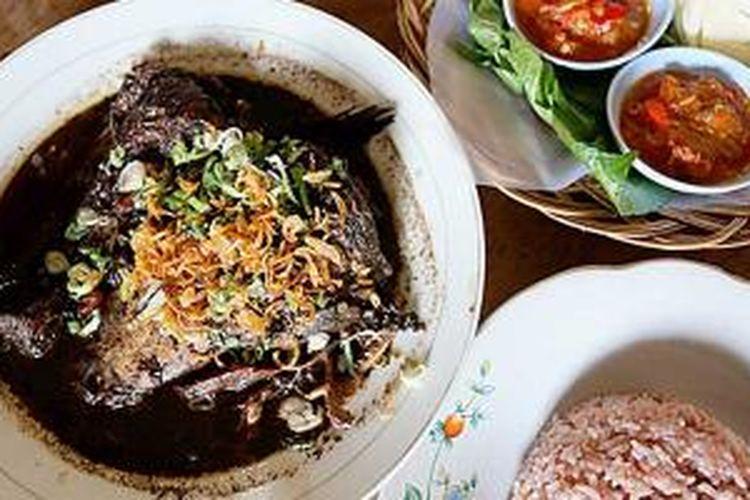 Gabus pucung salah satu menu khas Betawi yang menggunakan ikan gabus sebagai bahan pokok dan kluwak sebagai bagian dari bumbu dasar. Masakan ini menunjukkan budaya Betawi banyak dipengaruhi tradisi sungai dan rawa.