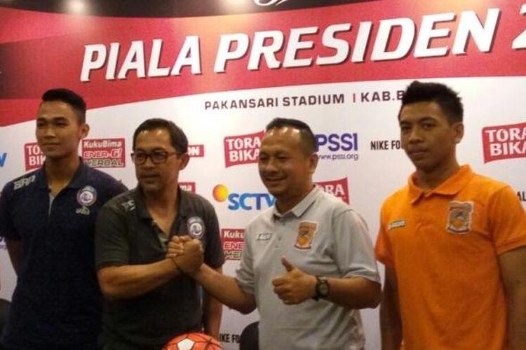 Pelatih Arema FC, Aji Santoso (kedua dari kiri), dan koleganya dari Pusamania Borneo FC, Ricky Nelson (kedua dari kanan), berjabat tangan dalam jumpa pers final Piala Presiden di Hotel Olympic Renotel, Sentul, Sabtu (11/3/2017).