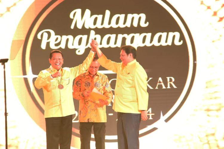 Ketua Umum Partai Golkar Airlangga Hartarto memberikan penghargaan kepada Wakil Koordinator Bidang Pratama Golkar Bambang Soesatyo di acara Malam Penghargaan Partai Golkar, di Ballroom Hotel Ritz Carlton Mega Kuningan, Minggu (15/9/2018) malam.