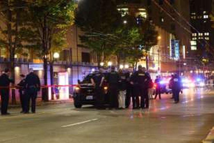 Polisi menutup persimpangan jalan antara Third Avenue dan Pine street, Seattle, AS.  Di tempat itulah penembakan terjadi, tepat di depan toko serba ada dan halte bus.