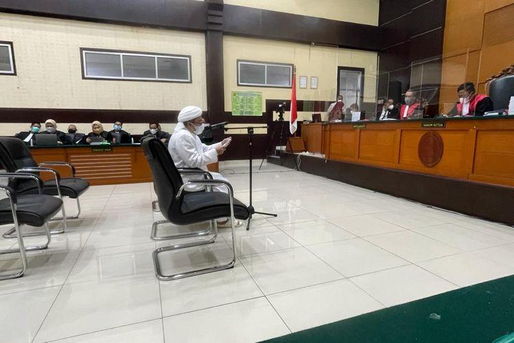 Rizieq Shihab menilai pemidanaan kasus kerumunan di Megamendung, Kabupaten Bogor, merupakan bentuk kriminalisasi cinta dan rindu kepada guru. Hal itu disampaikan Rizieq saat membacakan pledoi atas tuntutan jaksa di Pengadilan Negeri (PN) Jakarta Timur, Kamis (20/5/2021).