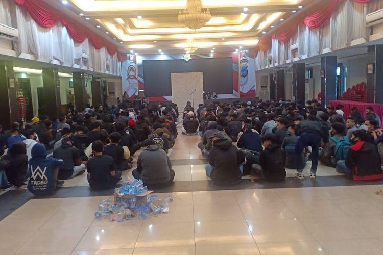 374 pelajar dikumpulkan di Aula Mathilda Batlayeri Polda Kalsel untuk didata. Mereka diamankan saat unjuk rasa tolak Omnibus Law di Banjarmasin pada Kamis (15/10/2020) lalu.