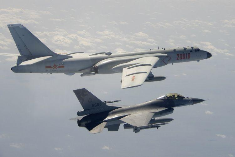 Dalam foto ini diambil 10 Februari 2020, dan dirilis oleh Republik Pertahanan Tiongkok (ROC) Kementerian Pertahanan Nasional, Angkatan Udara Taiwan F-16 di latar depan terbang di atas sayap Angkatan Udara Tentara Pembebasan Rakyat Tiongkok (PLAAF) H -6 pembom saat melewati dekat Taiwan.