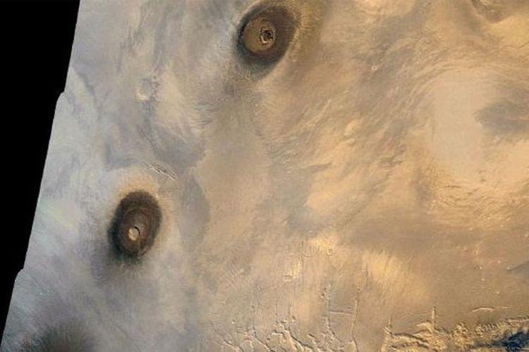 Seperti Olympus Mons, gunung berapi ini cenderung jauh lebih besar daripada yang ada di Bumi.