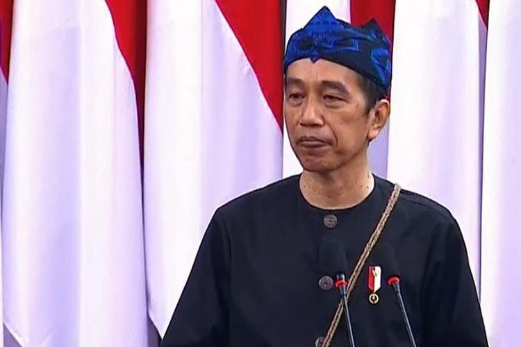 Presiden Joko Widodo mengenakan pakaian adat orang Kanekes atau Suku Badui saat menyampaikan pidato kenegaraan dalam Sidang Bersama DPD dan DPR, Senin (16/8/2021).